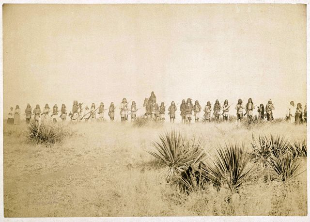 1920px-Geronimo_and_his_warriors